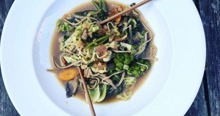 Pho Suppe med Friske Grøntsager