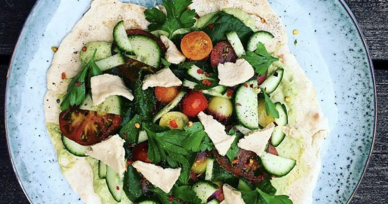Vegansk Wrap med Basilikum Spred, Sprøde Grøntsager og Vegansk Mozzarella