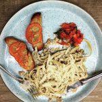 Pasta med svampecreme bruschetta og tomatsalat