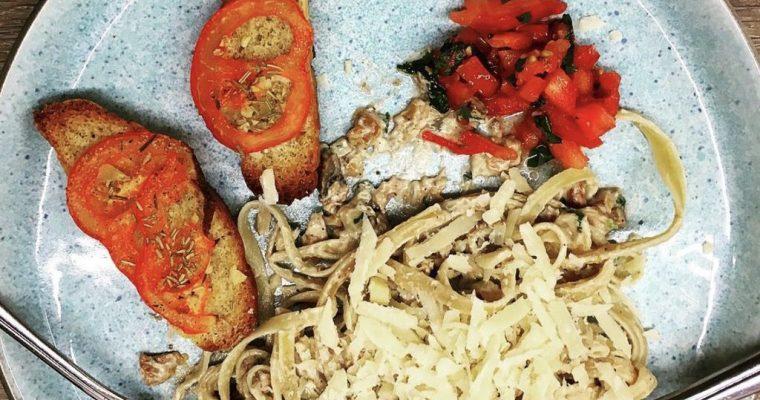 Vegansk Pasta med Svampecreme og Bruschetta