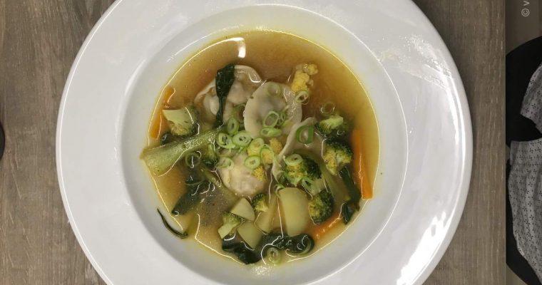 Hjemmelavet Vegansk Wonton Suppe med Tofu og Svampe